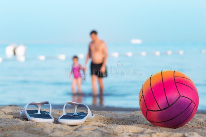 Vater mit Tochter auf dem Sommerstrand lizenzfreie stockfotos