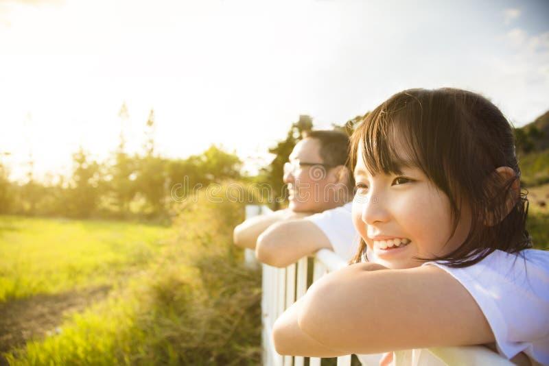 Vater mit Tochter genießen die Ansicht lizenzfreie stockfotografie