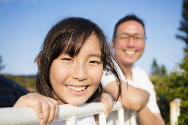 Vater mit Tochter genießen die Ansicht lizenzfreies stockfoto