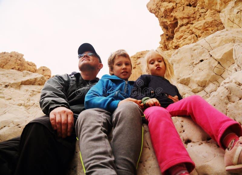Vater mit zwei Kindern lizenzfreie stockfotografie
