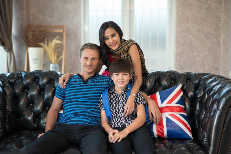Vater, Mutter und Sohn zusammen auf dem Sofa Familienlebenkonzept lizenzfreie stockbilder
