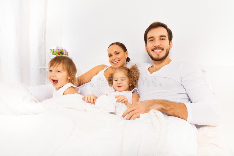 Vater, Mutter und zwei Kinder morgens lizenzfreie stockfotografie