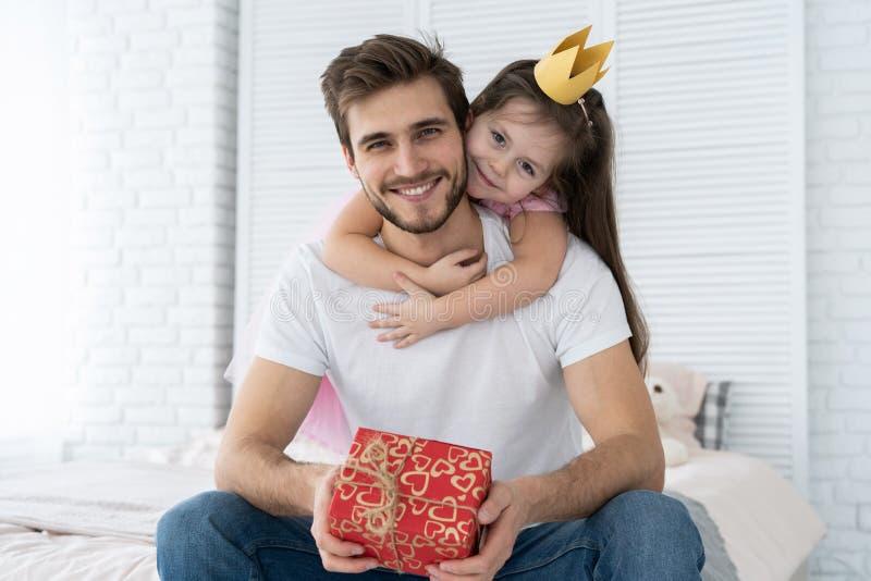 Vater `s Tag Glückliche Familientochter, die Vati und Lachen am Feiertag umarmt lizenzfreie stockfotografie