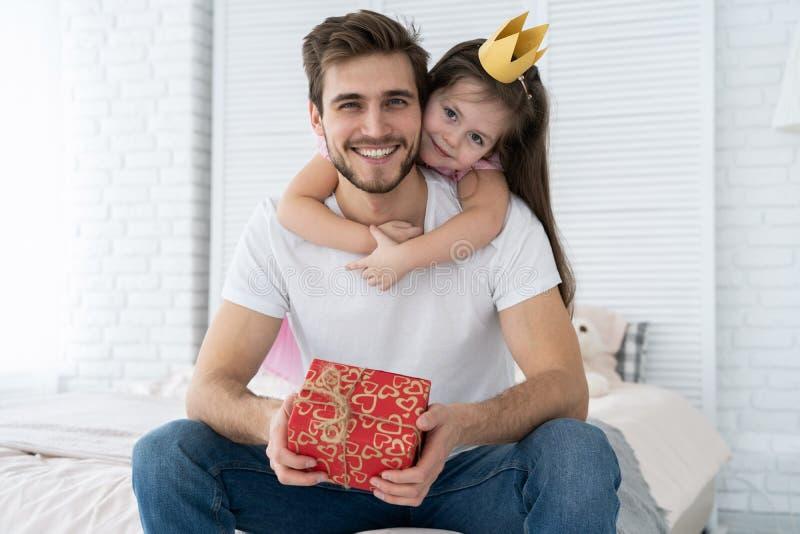 Vater `s Tag Glückliche Familientochter, die Vati und Lachen am Feiertag umarmt lizenzfreies stockfoto