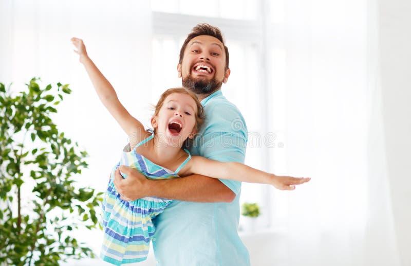 Vater `s Tag Glückliche Familientochter, die Vati und Lachen umarmt stockfoto