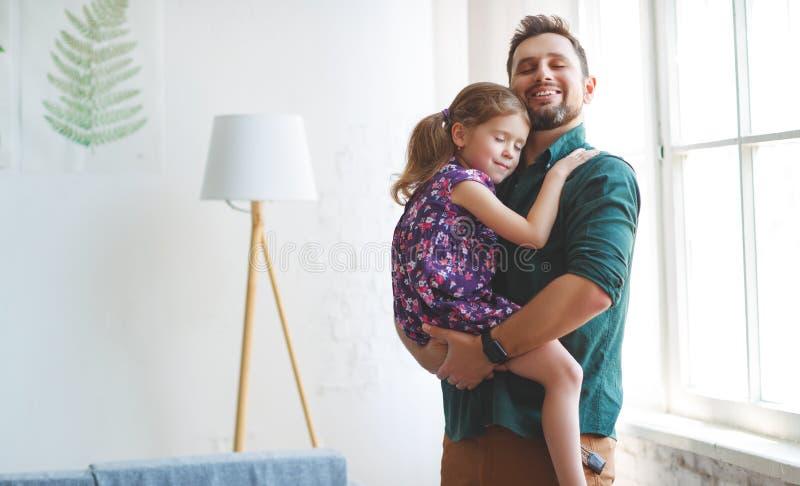 Vater `s Tag Glückliche Familientochter umarmt seinen Vati lizenzfreies stockfoto