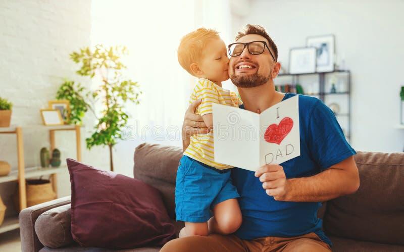 Vater `s Tag Gl?ckliche Familientochter, die Vati und Lachen umarmt stockfoto