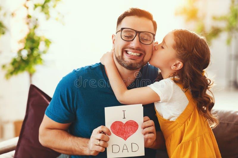 Vater `s Tag Gl?ckliche Familientochter, die Vati und Lachen umarmt lizenzfreie stockbilder
