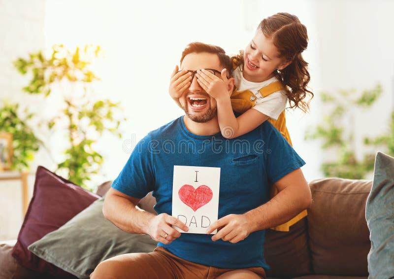 Vater `s Tag Gl?ckliche Familientochter, die Vati und Lachen umarmt stockfotografie