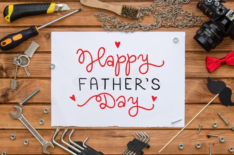 Vater ` s Tagesebenen-Lagespott herauf Schablone mit Hand gezeichnetem Gruß und Werkzeugen stockfotografie