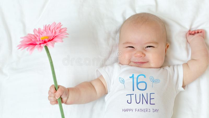 Vater ` s Tagesmitteilung mit Baby lizenzfreies stockfoto