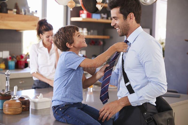 Vater-Saying Goodbye To-Sohn, wie er für Arbeit verlässt stockfotografie