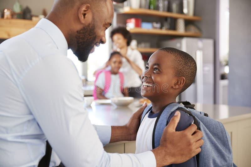 Vater-Saying Goodbye To-Sohn, wie er für Schule verlässt stockfotos