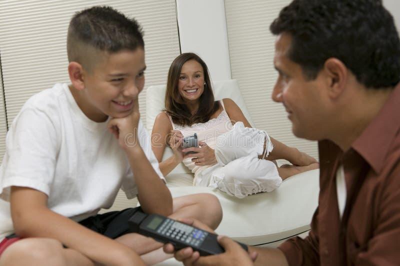 Vater-Showing Son Remote-Steuerung im Wohnzimmerabschluß oben lizenzfreie stockbilder
