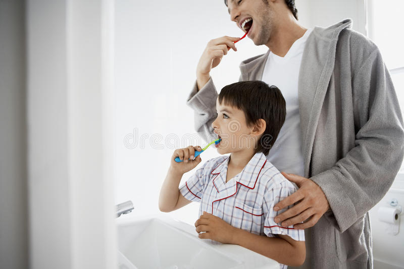 Vater-And Son Brushing-Zähne lizenzfreie stockfotos