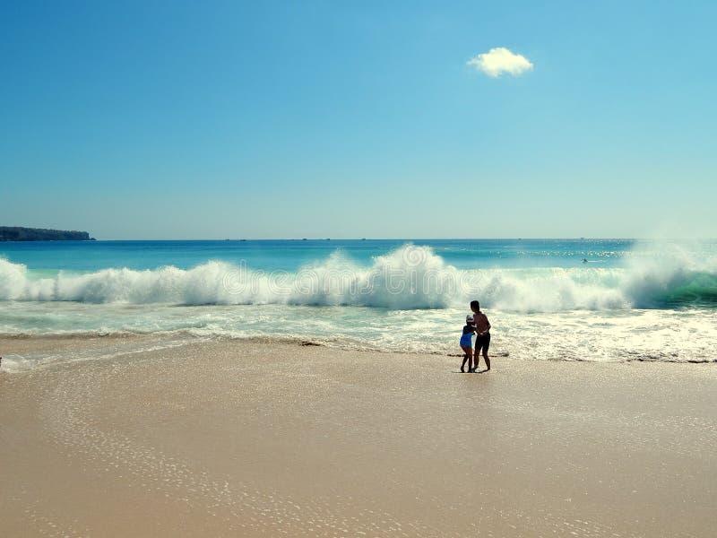 Vater, Tochter, blauer Himmel und der Strand stockfotografie