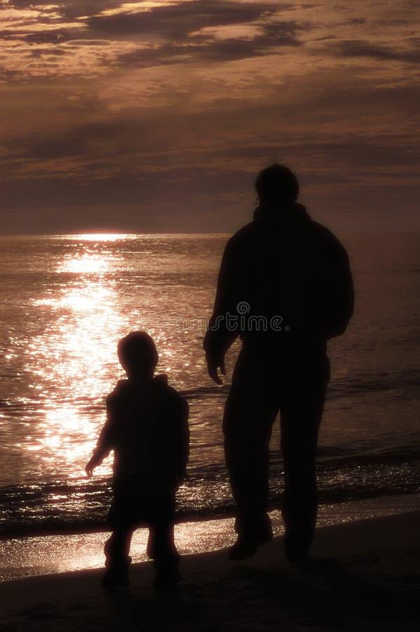 Vater u. Sohn am Strand stockfotos