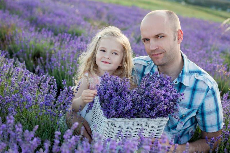 Vater und eine reizend kleine Tochter lizenzfreie stockfotografie