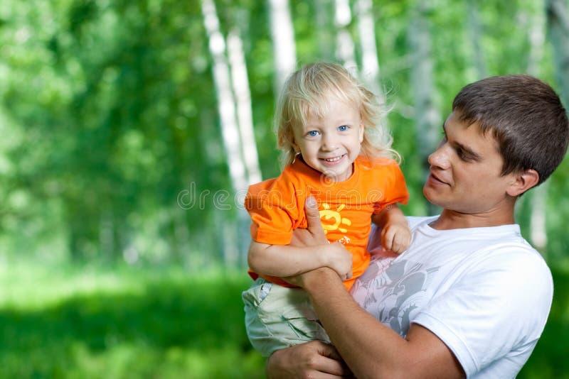 Vater und glücklicher Sohn, die den Spaß im Freien hat stockbilder