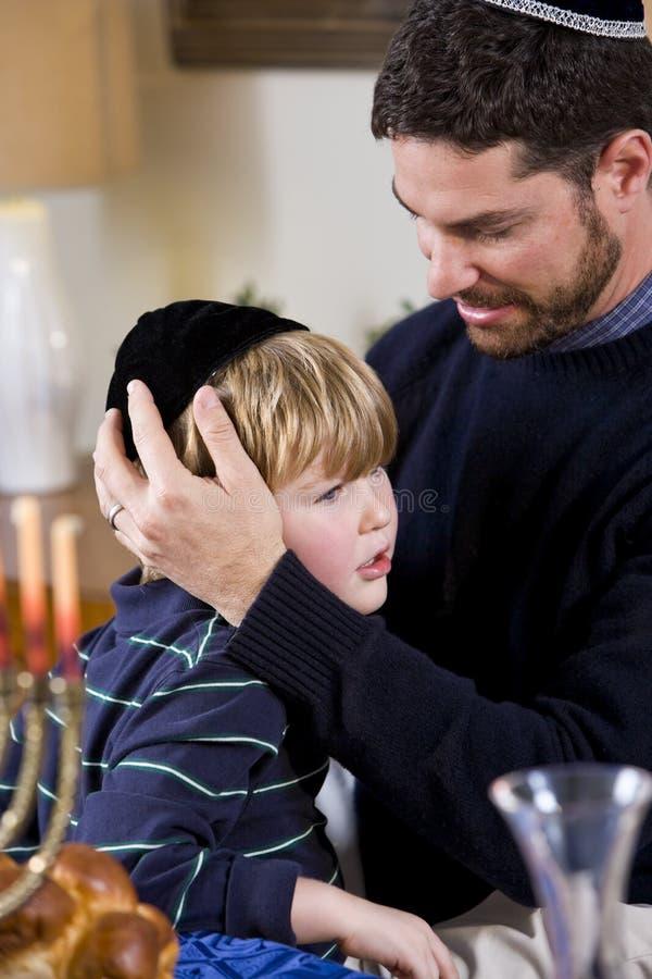 Vater und Junge, die Hanukkah feiern stockfotos