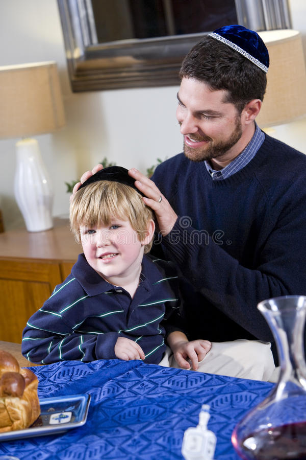 Vater und Junge, die Hanukkah feiern lizenzfreie stockfotos