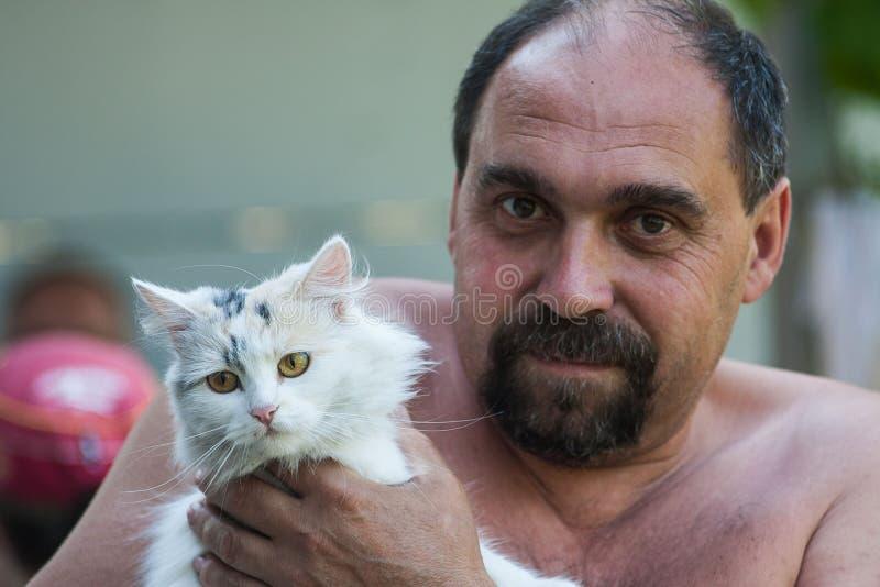 Vater und Katze lizenzfreie stockfotografie