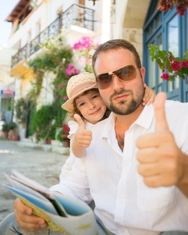 Vater und Kind, die sich Daumen zeigen stockfotos