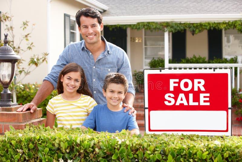 Vater und Kinder außerhalb des Hauses stockfoto