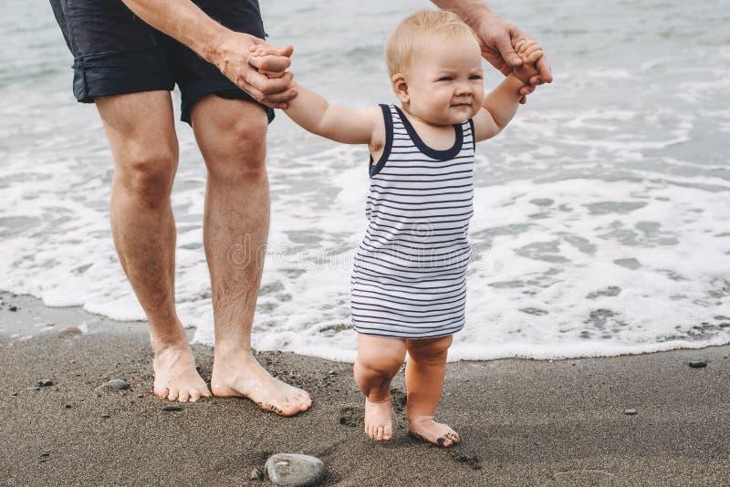 Vater und Kinder auf geworfenem Meer lizenzfreie stockfotos