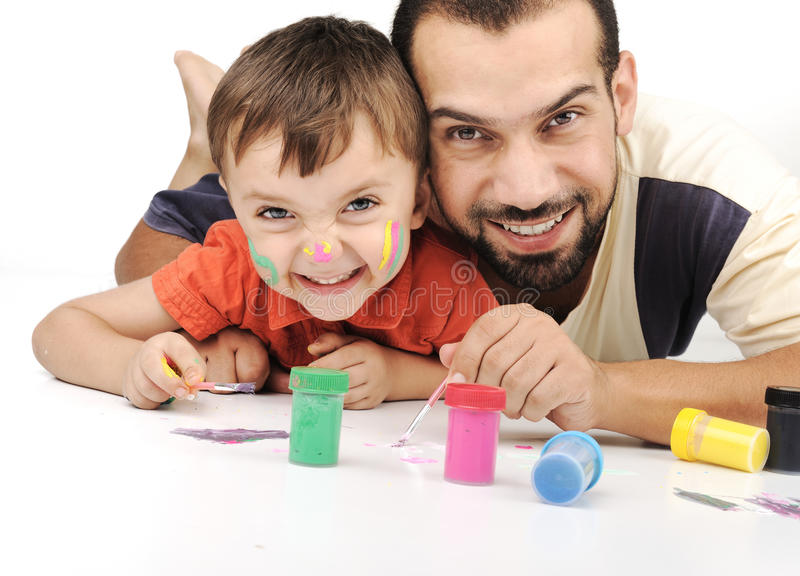 Vater- und Kinderspielen lizenzfreie stockfotografie