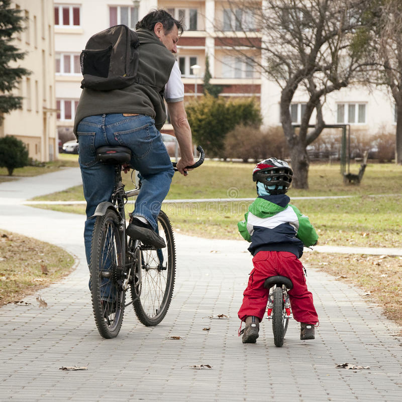Vater- und Kindradfahren stockbilder