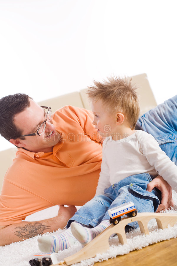 Vater- und Kindspielen stockfotos