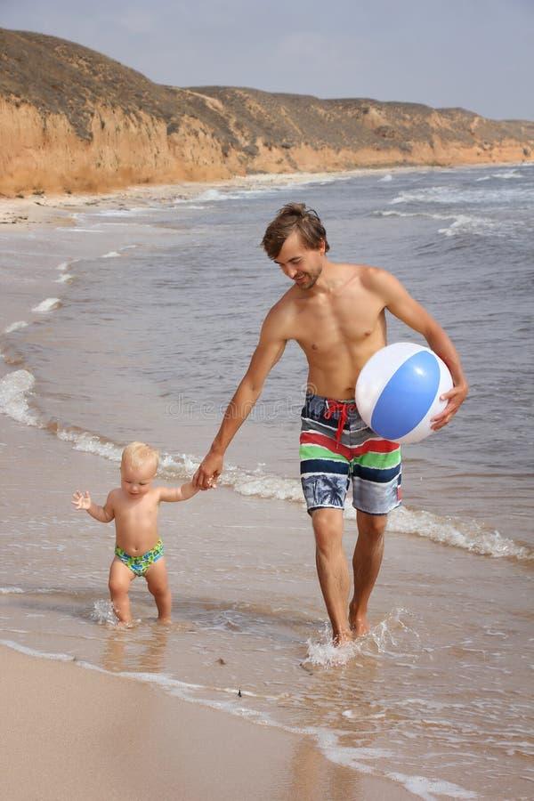 Vater und sein Sohn auf dem Strand stockfoto