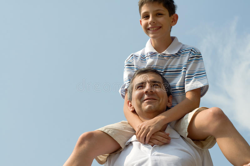 Vater und sein Sohn im Freien stockbilder