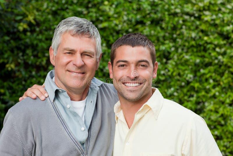 Vater und sein Sohnschauen stockfoto