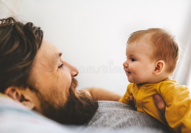 Vater und sein Unterhaltungszusammen spielen der Babytochter stockbild