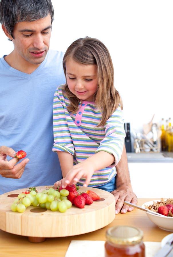 Vater und seine nette Tochter, die frühstücken lizenzfreie stockfotos
