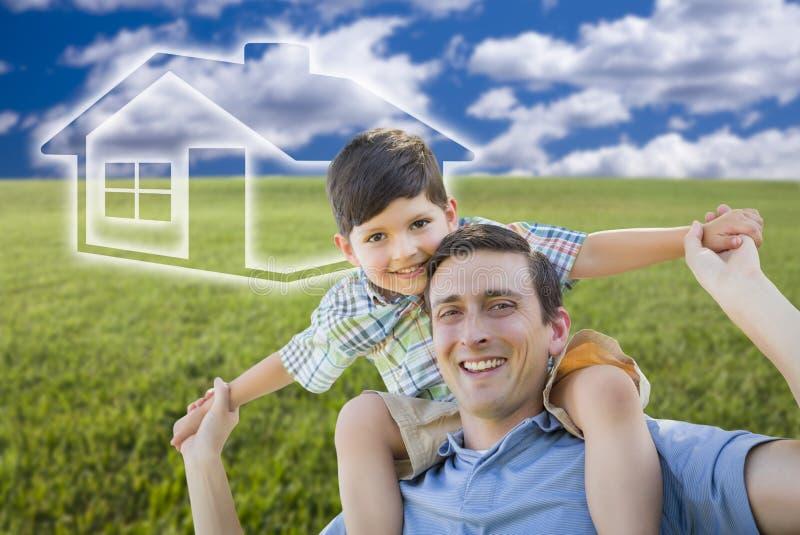 Vater und Sohn über Rasenfläche, Himmel, Ghosted-Haus-Ikone lizenzfreie stockfotografie