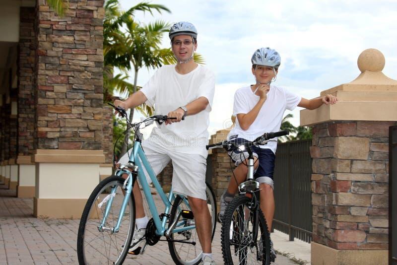 Vater und Sohn auf den Fahrrädern lizenzfreies stockfoto