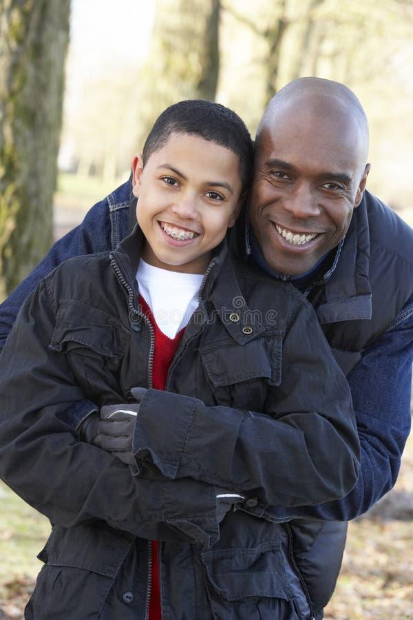 Vater und Sohn auf Herbst-Weg lizenzfreie stockfotos