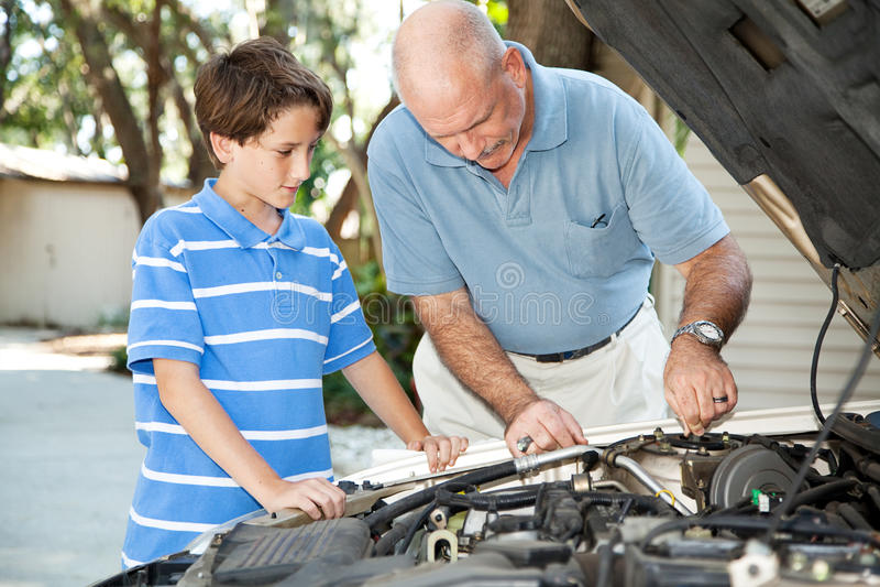 Vater-und Sohn-Auto-Wartung stockbild