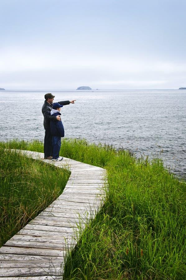 Vater und Sohn an der atlantischen Küste in Neufundland lizenzfreie stockfotos