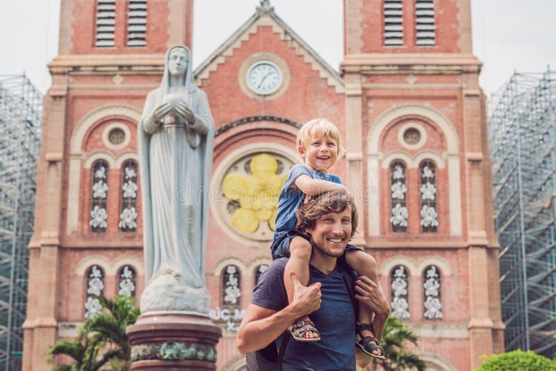 Vater und Sohn in der Kathedrale Hintergrund Notre- Damedes Saigon, stockbilder