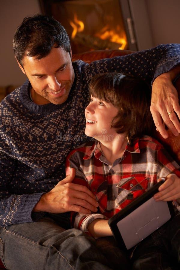 Vater und Sohn, der Tablette-Computer verwendet lizenzfreie stockfotos