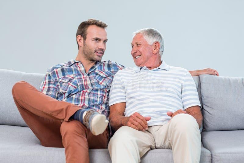 Vater und Sohn, die auf einander einwirken stockbild