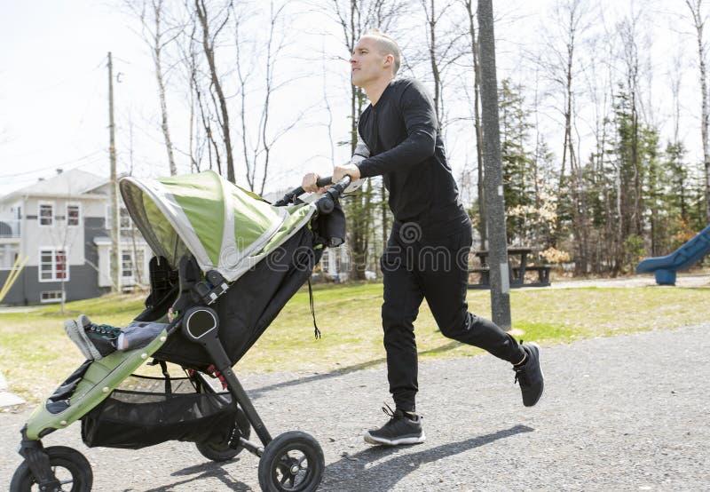 Vater und Sohn, die in den Park gehen Familie und Sportkonzept lizenzfreies stockfoto