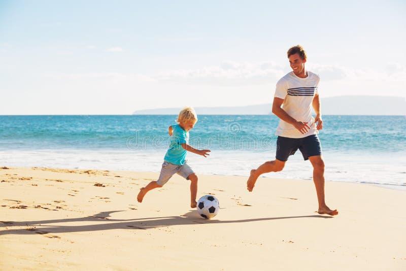Vater und Sohn, die Fußball spielen lizenzfreies stockbild