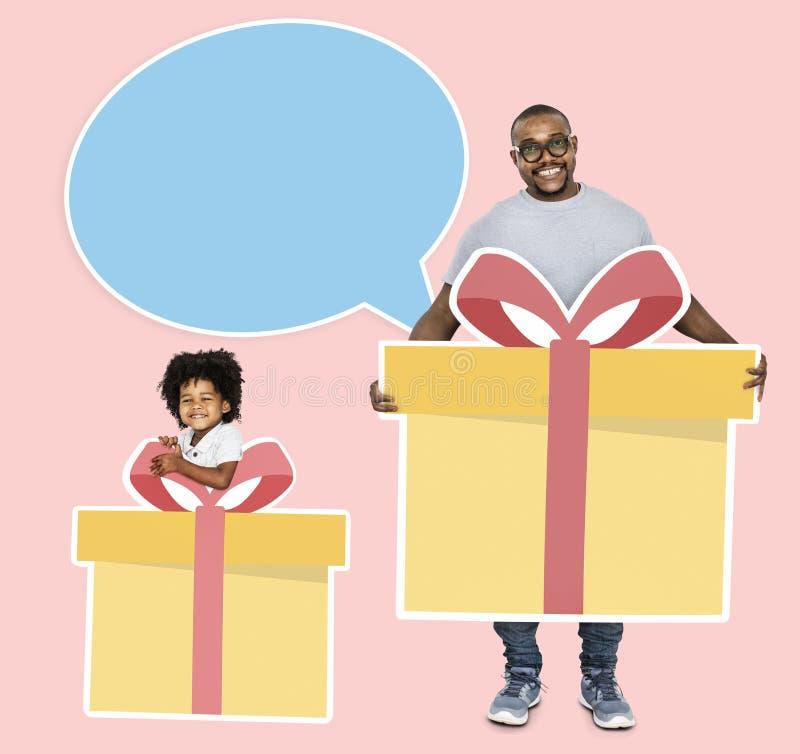 Vater und Sohn, die Geschenkboxen halten stockbild