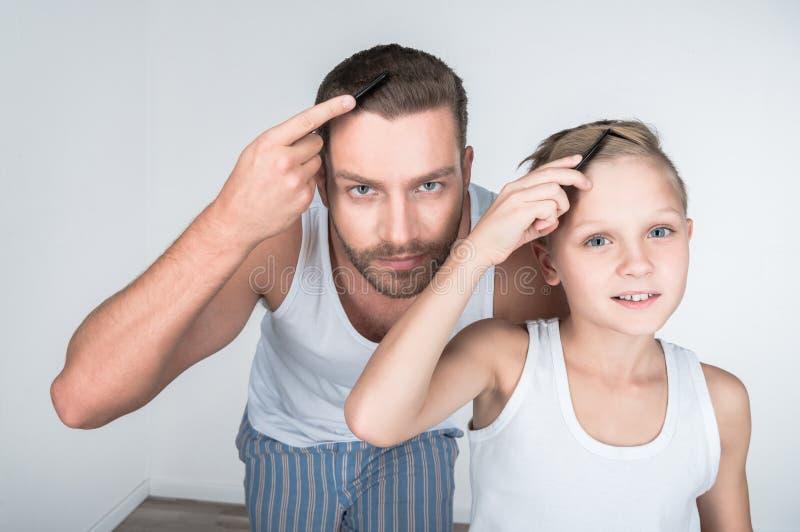 Vater und Sohn, die Haar kämmen stockfoto