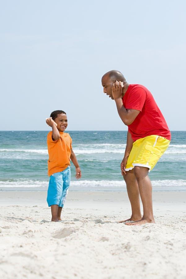 Vater und Sohn, die Oberteile halten stockfoto